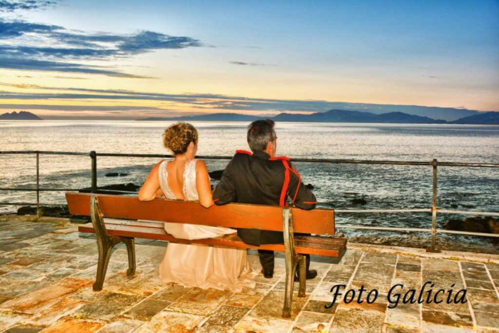 Boda 17 sentados frente al mar